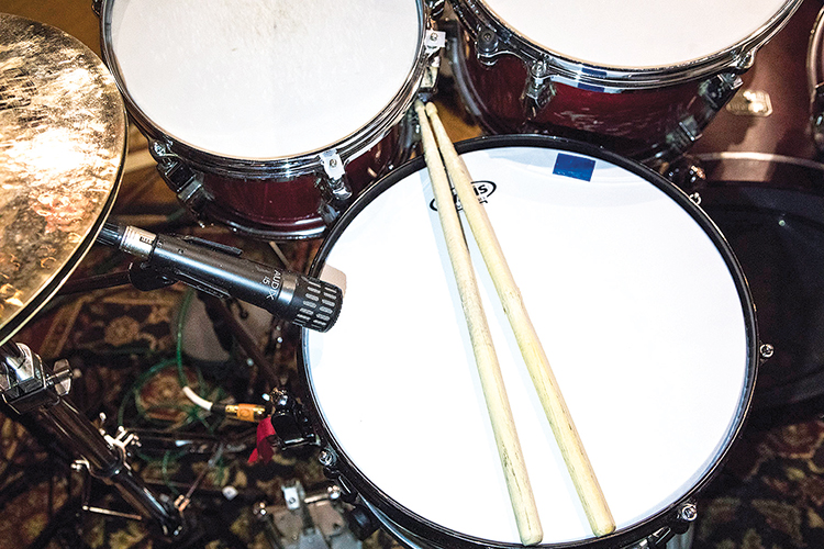 - A single Audix i5 dynamic microphone was placed with its capsule just above the hoop and pointing toward the batter head to pick up the snare drum.